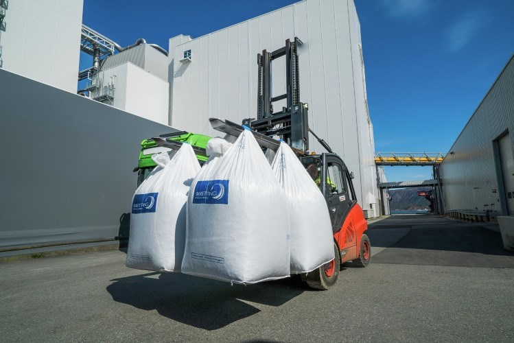 Feed bags on forklif